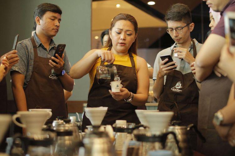 Kegiatan sejumlah peserta yang mengikuti acara Home Brewing French Press and V60 Kompas.com bersama Caribou Coffee di Caribou Coffe Lotte Shopping Avenue, Jakarta Selatan, Sabtu (10/2/2018). Acara ini memberikan edukasi tentang bagaimana cara membuat kopi dengan manual brewing, para peserta mendapatkan pembelajaran mengenai pembuatan kopi dengan metode French Press dan V60.