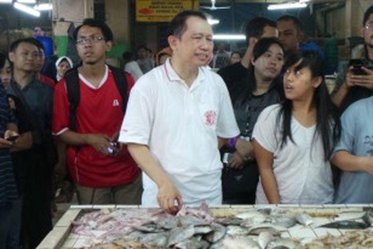 Ketua DPR RI Marzuki Alie saat mengunjungi pedagang di Pasar Palmerah, Palmerah Selatan, Jakarta Pusat, Jumat (21/6/2013).