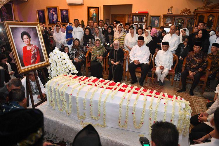 Presiden Joko Widodo (kanan) bersama Presiden ke-3 RI BJ Habibie (kedua kanan), Ibu Negara Iriana Joko Widodo (kiri), Ibu Mufidah Jusuf Kalla (kedua kiri) duduk bersama  Presiden ke-6 RI Susilo Bambang Yudhoyono (tengah) saat melayat almarhum Ani Yudhoyono di Cikeas, Bogor, Jawa Barat, Sabtu (1/6/2019).