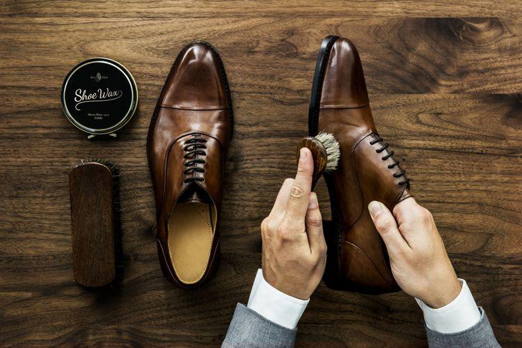 Ilustrasi membersihkan sepatu