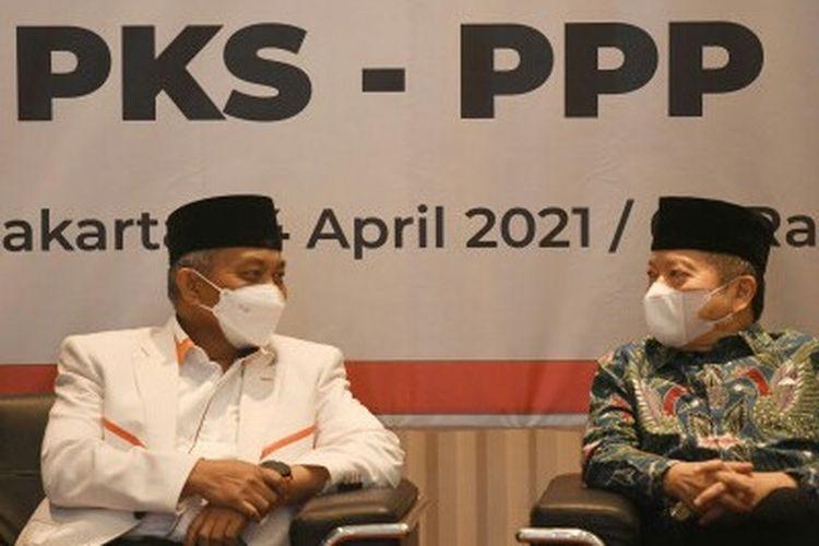 Presiden PKS Ahmad Syaikhu (kiri) berbincang dengan Ketua Umum PPP Suharso Monoarfa saat silaturahmi kebangsaan PKS-PPP di DPP PKS, Jakarta, Rabu (14/4/2021). Silaturahmi kedua partai Islam itu diantaranya membahas langkah-langkah politik yang memihak umat Islam