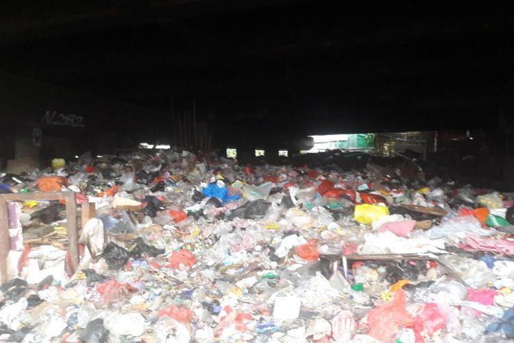 Lautan sampah terlihat di kolong Tol Pelabuhan di kawasan Warakas, Tanjung Priok, Jakarta Utara, Rabu (18/4/2018) sore.