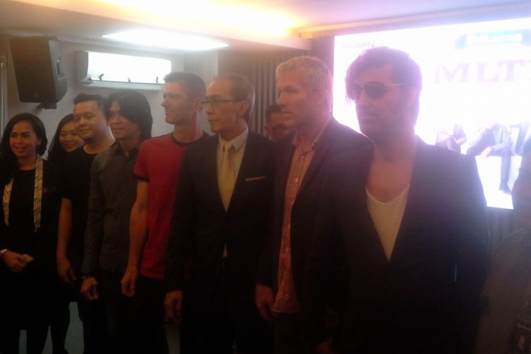 Michael Learn Ro Rock foto bersama para promotor, EO dan manager Aryaduta Palembang