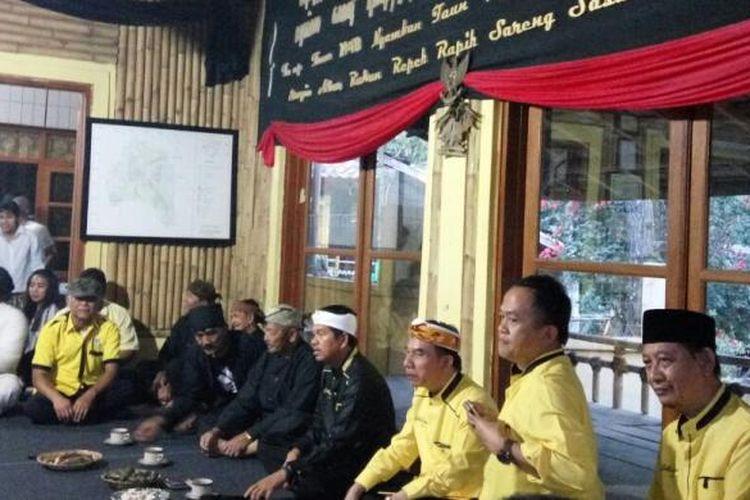 Suasana pertemuan Komunitas Sunda Wiwitan dengan Golkar Jabar di Kampung Adat Cireundeu, Cimahi, Jawa Barat, Minggu (7/8/2016). Sampai sekarang karena bersikukuh mempertahankan keyakinannya, masih ada masyarakat adat yang tidak memiliki administrasi kependudukan seperti KTP, KK, akte kelahiran, dan surat nikah.