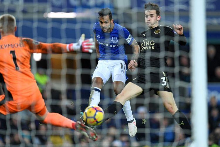 Aksi penyerang Everton, Theo Walcott, saat melepas tendangan yang menghasilkan gol kedua ke gawang Leicester City dalam laga Liga Inggris 2017-2018 Stadion Goodison Park, Liverpool, Rabu (31/1/2018).