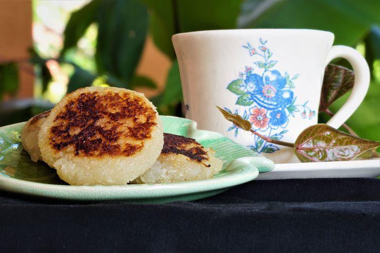 Ilustrasi wingko babat, kue tradisional khas Lamongan. Sajikan dengan secangkir kopi.