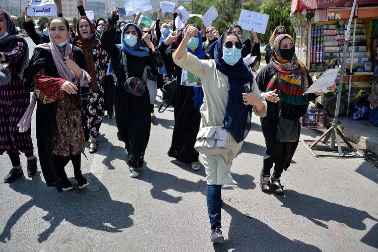 Demonstran perempuan Afghanistan meneriakkan yel dalam unjuk rasa anti-Pakistan di dekat Kedutaan Besar Pakistan di Kabul, Selasa (7/9/2021). Taliban lalu melepas tembakan ke udara untuk membubarkan massa.