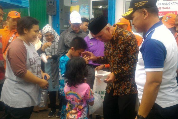 Wali Kota Padang Mahyeldi saat mengumpulkan sampah botol minuman plastik, Senin (10/9/2018).