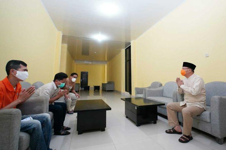 Gubernur Bengkulu Rohidin Mersyah bersilahturahmi dengan tenaga medis yang dikarantina, Selasa (26/05/2020).
