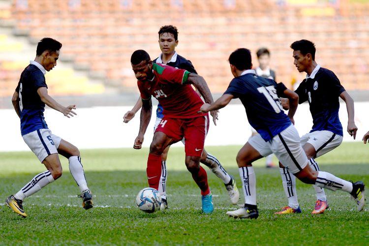 Pemain Timnas U-22 Marinus Mariyanto Wanewar (kedua kiri) menggiring bola dibayangi empat pemain Timnas U-22 Kamboja pada laga terakhir penyisihan grup B SEA Games XXIX Kuala Lumpur di Stadion Shah Alam, Selangor, Malaysia, Kamis (24/8/2017). Timnas Indonesia mendukkan Kamboja denga skor 2-0 sekaligus mengantarkan Indonesia ke babak semifinal.