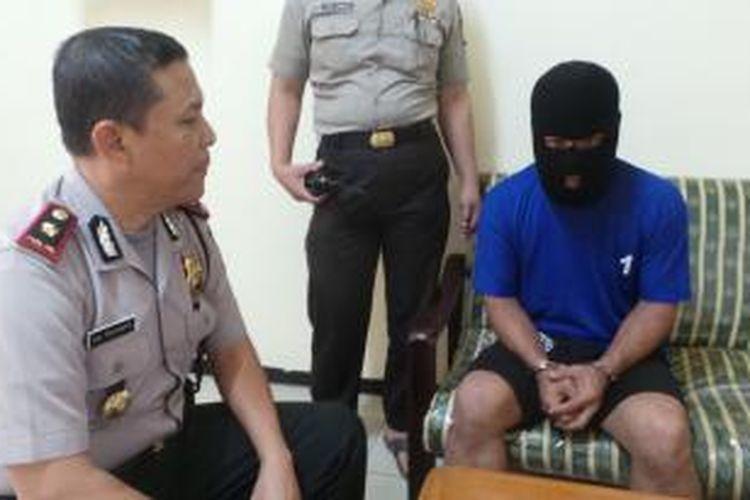 Fajar Arif (41) seorang penumpang KRL yang ditangkap karena memukul petugas stasiun Pondok Jati, Matraman, Jakarta Timur. Selasa (21/4/2015).