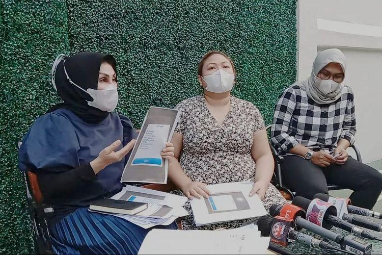 Terlapor Olivia Nathania (tengah) bersama kuasa hukumnya, Susanti Agustina, dalam jumpa pers di kawasan Cilandak, Jakarta Selatan, Kamis, (30/9/2021).