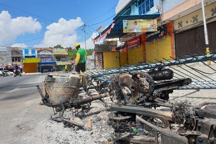 Usai kerusuhan di Kota Jayapura, Papua, pada 29 Agustus 2019, pada Sabtu (31/08/2019) pagi aktifitas masyarakat sudah mulai pulih. Pasar tradisional, SPBU mulai beroperasi. Masyarakat, petugas kebersihan hingga Polisi mulai melakukan aksi bersih-bersih di jalanan