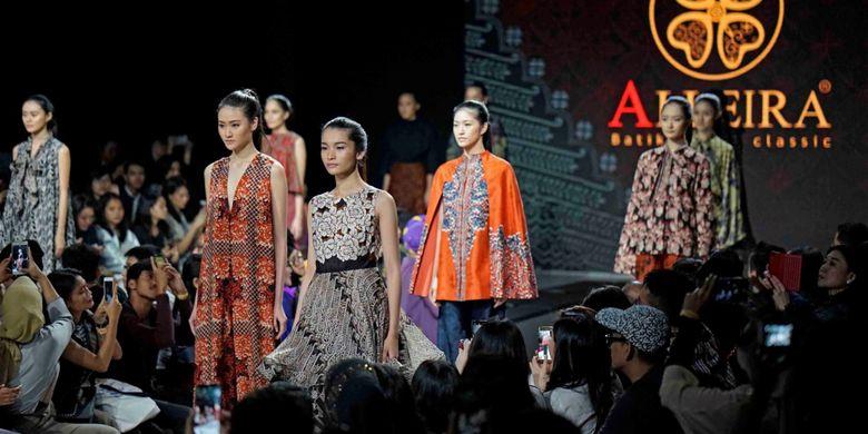 Koleksi terbaru Alleira Batik, Amorous, dalam peragaan busana di acara Plaza Indonesia Fashion Week 2018.
