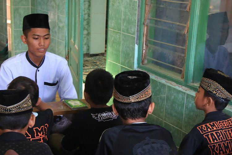 Fajar Jaka Surya, siswa SMK N Jateng yang suratanya untuk Gubernur Jawa tengah Ganjar Pranowo viral beberapa waktu lalu. Dalam suratnya itu Fajar menceritakan amanat ibunya kepada Ganjar.