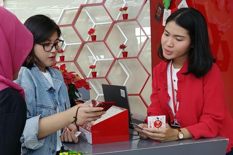 Seorang pelanggan Telkomsel sedang mengaktifkan TCash di Grapari Terminal 3 Bandara Soekarno-Hatta, Jakarta, Sabtu (2/6/2018).