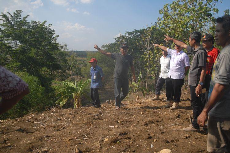 Tim Kementerian Pekerjaan Umum dan Perumahan Rakyat (PUPR) meninjau lokasi bekas jembatan peninggalan belanda di Kabupaten Grobogan, Jawa Tengah yang hilang terbawa arus sungai puluhan tahun lalu, Selasa (5/11/2019) sore.
