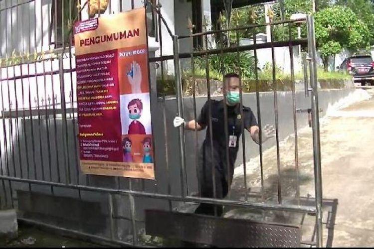 Dinas Kependudukan dan Pencatatan Sipil (Dindukcapil) Kabupaten Temanggung, Jawa Tengah, menghentikan pelayanan tatap muka untuk sementara. Ini dilakukan setelah belasan pegawainya terpapar Covid-19, Jumat (25/6/2021).