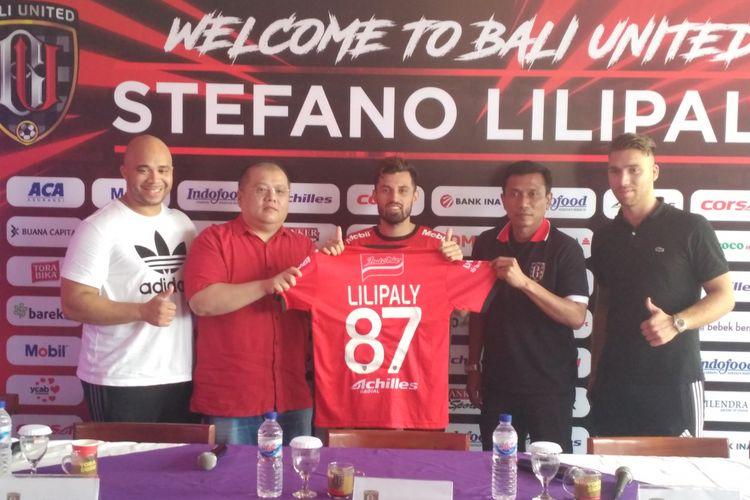 Stefano Lilipaly (tengah) akan mengenakan nomor punggung 87 selama bermain di Bali United.