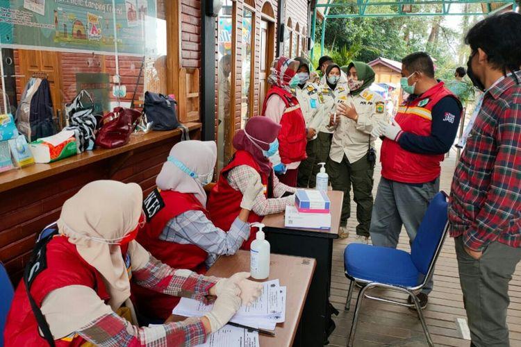 Sejumlah pengunjung objek wisata di kawasan Puncak Cianjur, Jawa Barat, menjalani rapid test dari Satgas Covid-19, Sabtu (31/10/2020).