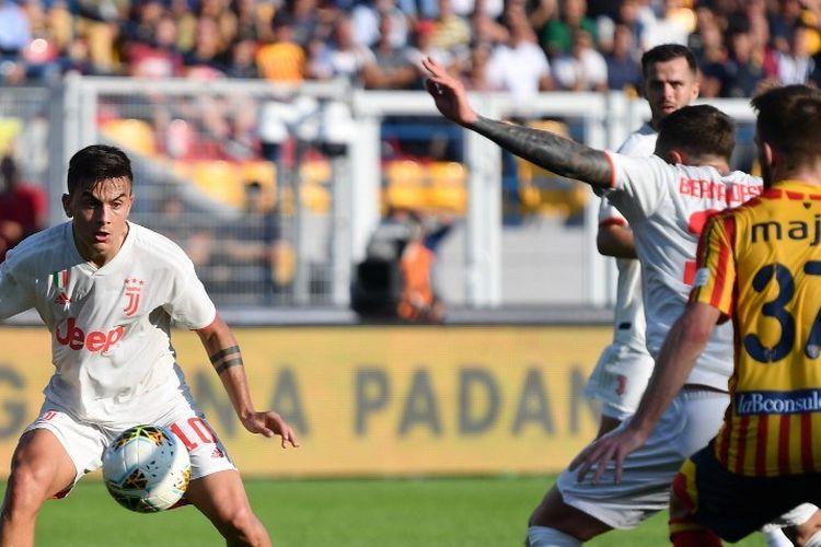 Paulo Dybala mendapat ruang tembak pada pertandingan Lecce vs Juventus dalam lanjutan Serie A Liga Italia di Stadion Via del Mare, 26 Oktober 2019.