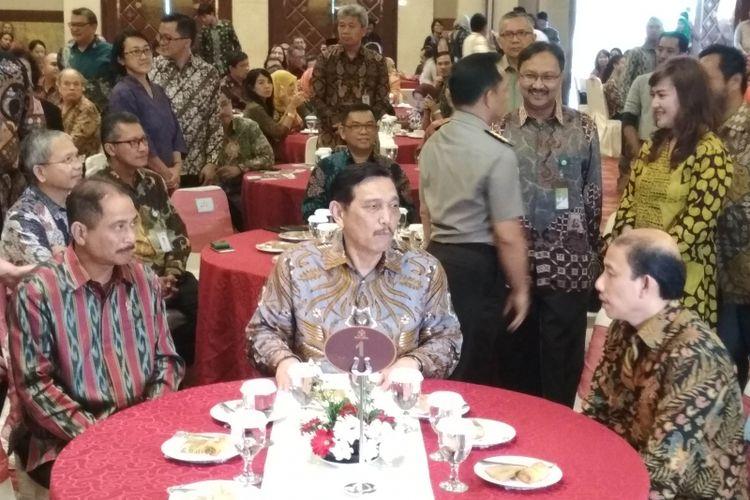 Menteri Pariwisata Arief Yahya (kiri), Menteri Koordinator Bidang Kemaritiman Luhut Binsar Pandjaitan (tengah), Wakil Menteri Energi dan Sumber Daya Mineral Arcandra Tahar (kanan) di Balai Kartini, Jakarta Selatan, Selasa (4/7/2017).