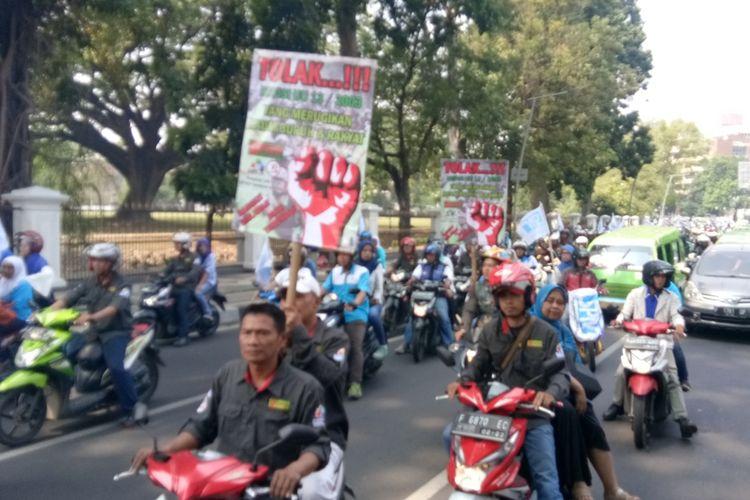 Buruh Kota Bogor saat melakukan konvoi menuju Kantor Balai Kota Bogor untuk melakukan aksi unjuk rasa guna menolak kenaikan iuran BPJS Kesehatan, Senin (2/9/2019).