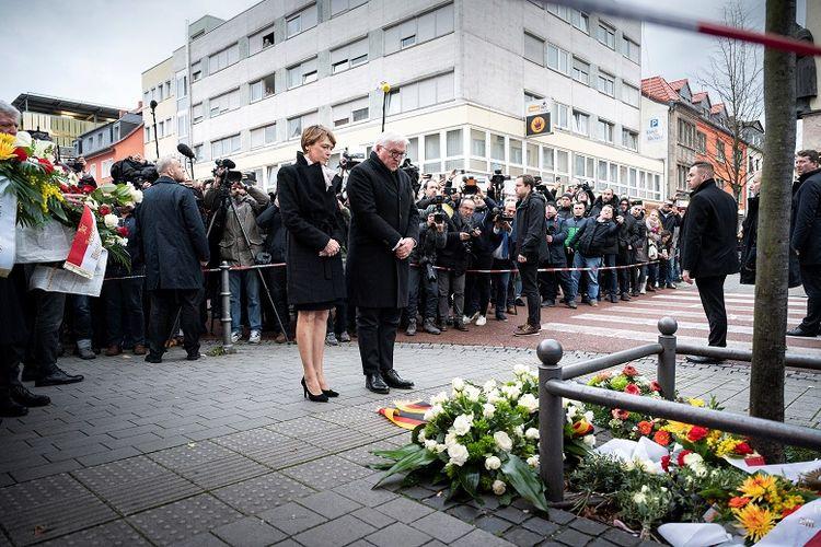 Presiden Jerman Frank-Walter Steinmeier dan istrinya Elke Budenbender menaruh rangkaian bunga di lokasi kejadian penembakan di Hanau, Jerman.