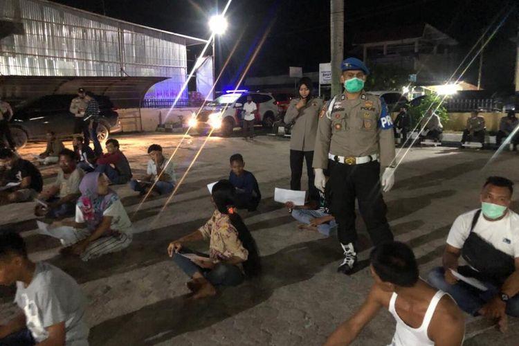Polisi mendata 77 orang warga yang diamankan akibat mengabaikan anjuran pemerintah terkait antisipasi Covid-19 di Kabupaten Siak, Riau, Sabtu (18/4/2020).