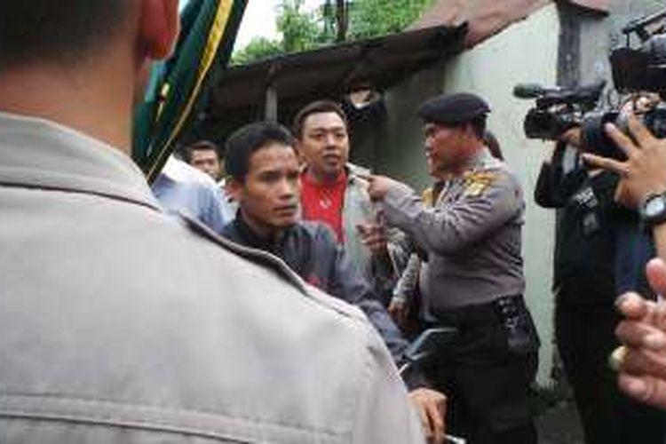 Polisi mengamankan dua warga penolak kedatangan calon gubernur DKI Jakarta Basuki Tjahaja Purnama atau Ahok untuk berkampanye, di Gang Pepaya, Lenteng Agung, Jakarta Selatan, Jumat (6/1/2017).