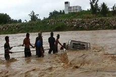 Ada Banjir Bah, Warga Panik Selamatkan Mobil Terbawa Arus