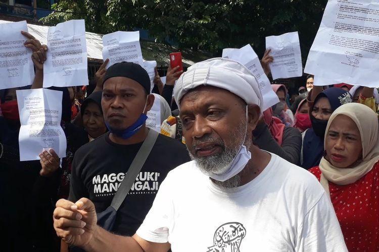 Pedagang pemilik lapak di Pusat Niaga Palopo (PNP) protes Satpol PP Kota Palopo yang melakukan pembongkaran lapak karena dinilai tidak memiliki dasar hukum, Sabtu (20022021)