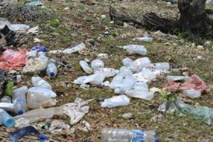 Sampah medis yang dibuang sembarangan di Tempat Pembuangan Akhir (TPA) Nonohonis, Kabupaten TTS, NTT