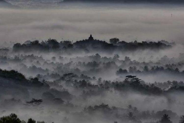 Kabut pagi menyelimuti Candi Borobudur dilihat dari atas bukit yang disebut Punthuk Setumbu, sekitar 3 kilometer barat Candi Borobudur, Magelang, Jawa Tengah.