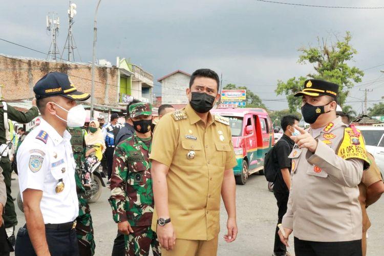 Wali Kota (Walkot) Medan Bobby Nasution saat meninjau langsung salah satu titik penyekatan dan pos pengamanan jalur masuk dari luar Kota Medan di kawasan Medan Tuntungan, Jalan Jamin Ginting, pada Selasa (11/5/2021).