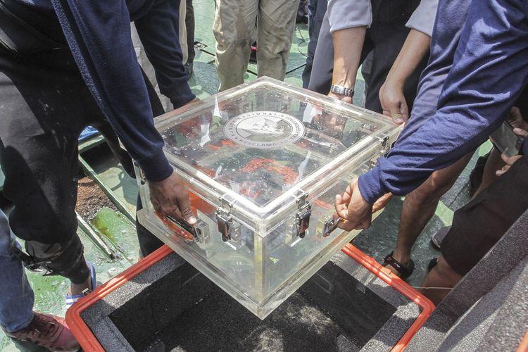 Tim SAR gabungan memasukan kotak penyimpan berisi bagian dari kotak hitam (black box) pesawat Lion Air bernomor registrasi PK-LQP dengan nomor penerbangan  JT 610 ke dalam koper usai ditemukan di atas KR Baruna Jaya I, di perairan Tanjung Karawang, Jawa Barat, Kamis (1/11/2018). Bagian dari kotak hitam tersebut diserahkan ke pihak KNKT untuk dilakukan investigasi lebih lanjut. ANTARA FOTO/Muhammad Adimaja/wsj.