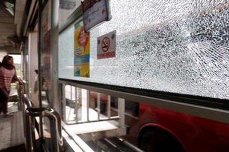 Kaca halte yang retak dan pecah akibat tertembus peluru di Halte Bus TranJakarta, Pancoran, Jakarta, Minggu (12/5/2013). Penembakan halte busway yang terus terjadi hingga saat ini belum diketahui pelakunya.