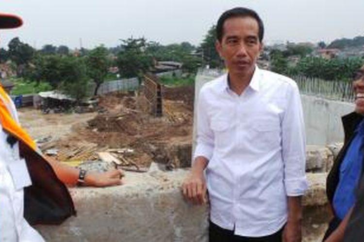Gubernur DKI Jakarta Joko Widodo meninjau lokasi pembangunan Jakarta Outer Ring Road West 2 di Jakarta Barat, Kamis (19/12/2013).