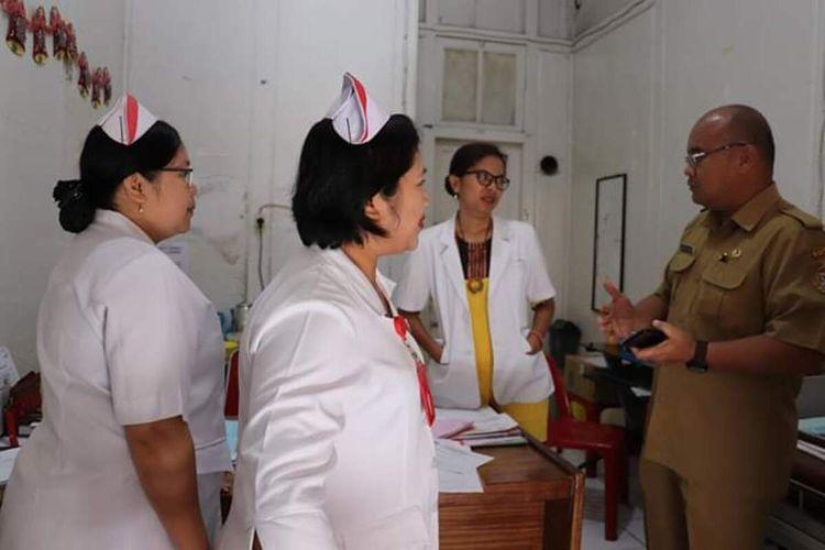 Direktur RSUD Tarutung dr Jandri Nababan memberikan pengarahan kepada petugas medis untuk menjaga kesiapsiagaan corona dan memberikan pelayanan yang terbaik kepada masyarakat. Diketahui, satu warga Jakarta yang bekerja di satu kementerian mengalami demam dan diduga suspect Corona diisolasi di RSUD Tarutung, Tapanuli Utara, Jumat (13/3/2020).
