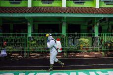 PMI Semprotkan Disinfektan ke Sekolah, Permukiman Warga, hingga Gedung KPUD