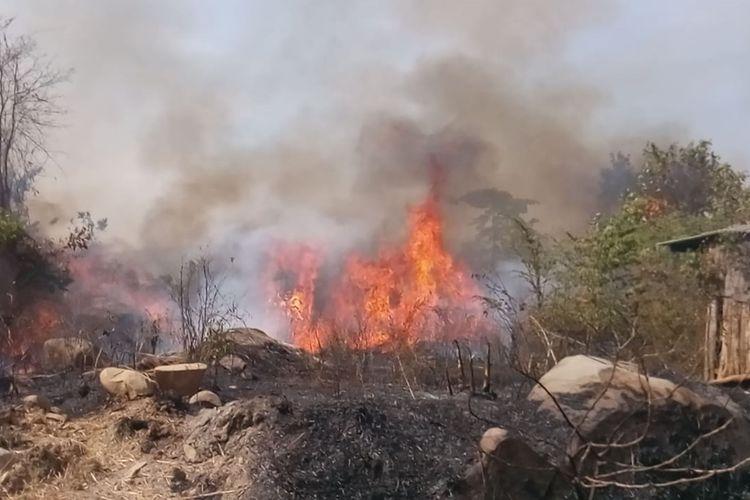 Kebakaran lahan Gunung Sirnalanggeng di Kecamatan Tegalwaru, Senin (21/10/2019) siang.