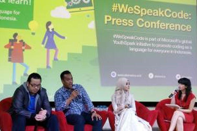 (Kiri-kanan) Musisi Dwika Putra, Co-founder Coding (Indonesia), Wahyudi, dan desainer Ayu Dyah Andari di kampanye WeSpeakCode yang dibuat Microsoft Indonesia.