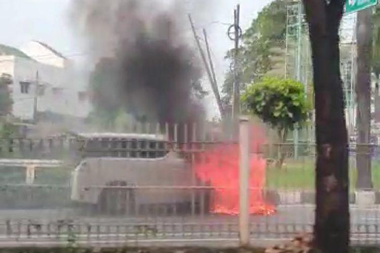 tangkapan layar dari video mobil Toyota Alphard yang terbakar di Pondok Indah, Jakarta Selatan, Senin (11/5/2020)