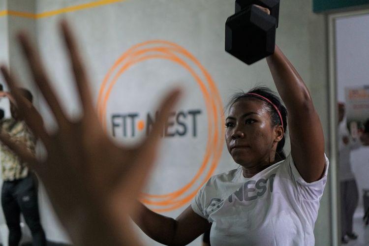 Salah satu peserta sesi latihan dalam rangka peresmian FitNest, functional training gym, di Jalan Paledang, Bogor, Sabtu (18/1/2020)