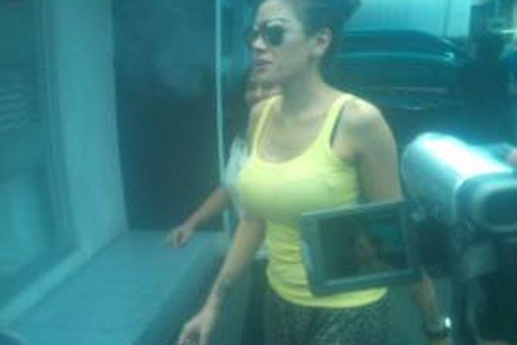Mengenakan tank top kuning dan celana pendek Nikita mendatangi Polrestabes Bandung, Jalan Merdeka, Bandung, Jawa Barat, Sabtu, (10/8/2013). Nikita mengaku tujuan kedatangannya adalah untuk bersahabat dengan polisi.