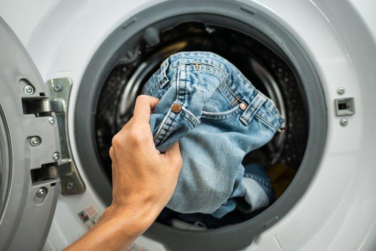 Ilustrasi mencuci pakaian berbahan denim.