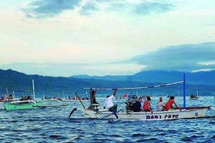 Sejumlah jukung warga mengantarkan wisatawan menuju tengah laut melalui kawasan Lovina, Pantai Binaria, Desa Kalibukbuk, Kabupaten Buleleng, Bali, Minggu (2/6/2013), sekitar pukul 05.00 Wita. Mereka mencari lumba-lumba yang setiap pagi berenang. Aktivitas tersebut menjadi wisata lumba-lumba andalan warga yang membuat populer kawasan.