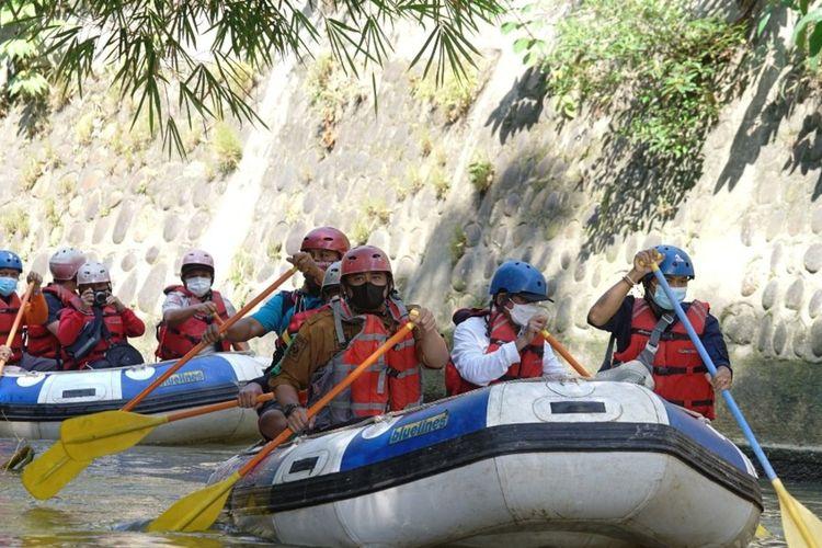 Wali Kota Medan Bobby Nasution bersama Ketua P3KS Aminur Rasyid dan rombongan menyusuri Sungai Babura untuk melihat kondisi dan kebersihannya