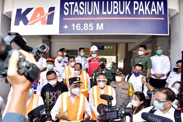 Gubernur Sumut Edy Rahmayadi bersaman Menhub Budi Karya Sumadi meninjau Stasiun Kereta Api Medan, kemudian menggunakan kereta api meninjau Stasiun Lubukpakam di Kabupaten Deliserdang, Minggu (8/11/2020)