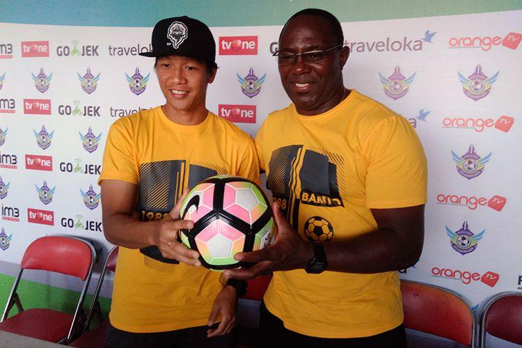 Jeki Arisandi (kiri) dan pelatih Barito Putera Jacksen F. Tiago.